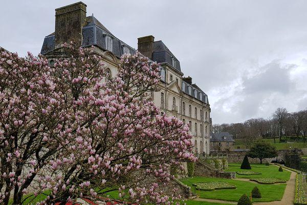 Les jardins fleuris des remparts à Vannes.