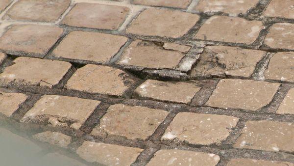 Posés en 2012, les pavés des rues Carnot et Magenta se sont usés et dégradés rapidement.