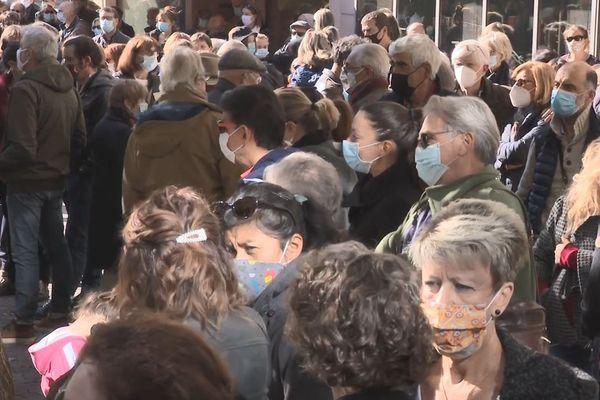Des centaines de Ruthénois se sont rassemblés dès 15 H devant la Préfecture de l'Aveyron.