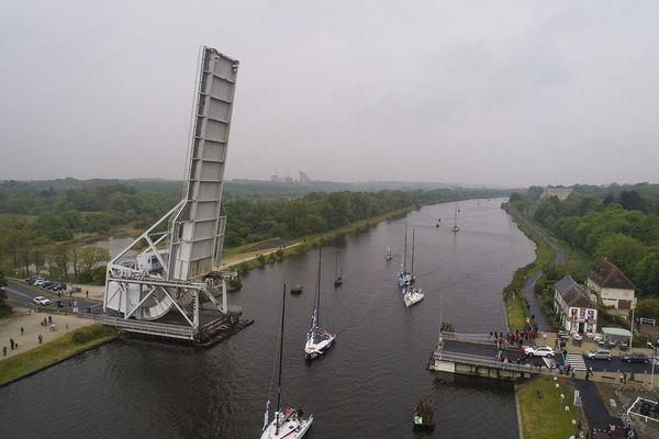 Le pont Pegasus Bridge de Bénouville et les écluses du port de Ouistreham sont deux points prisés pour saluer les navigateurs