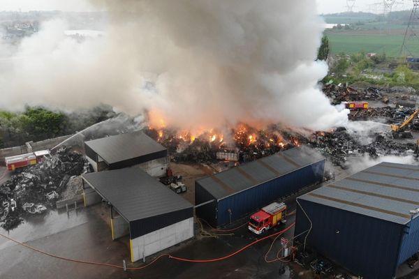 L'incendie s'étend sur près de 7000 m2