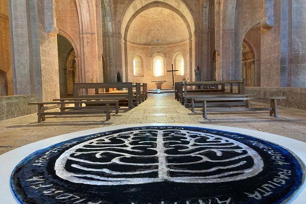 """""""Memoria mundi"""", ou la mémoire du monde. Cette oeuvre d'Anne et Patrick Poirier accueille le visiteur dans l'abbatiale du Thoronet jusqu'au 19 septembre."""
