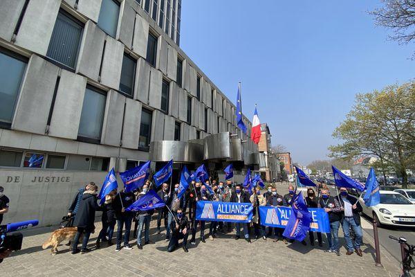 Des policiers se sont réunis ce mardi 20 avril 2021 devant le tribunal judiciaire de Lille.