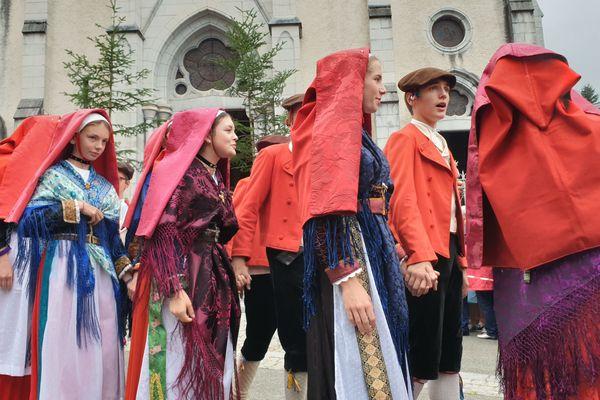 Après la prière, le cortège défile dans le centre du village.
