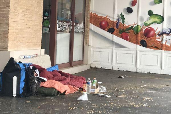 Une personne sans domicile fixe, à Toulouse, en mars 2020.
