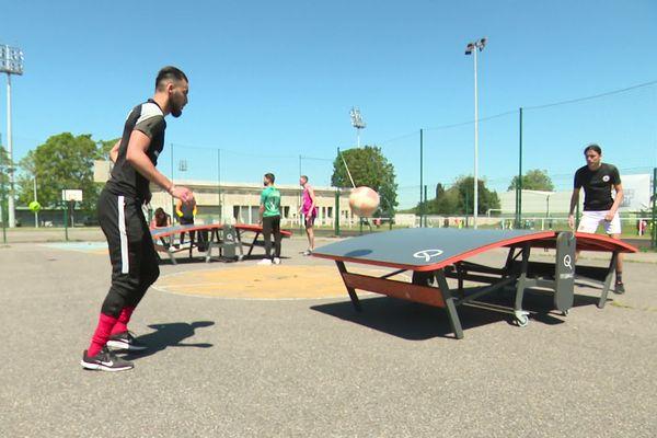 Les licenciés du club de teqball de Creil s'entraînent avec Yassine Sahli, l'un des meilleurs joueurs du monde.