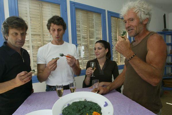 Dégustation de spiruline, ce plancton végétal (algue bleue). C'est un aliment naturel, le plus vieux du monde.