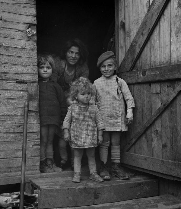 Enfants attendant la visite de l'infirmière, quartier Bourassol, 1939