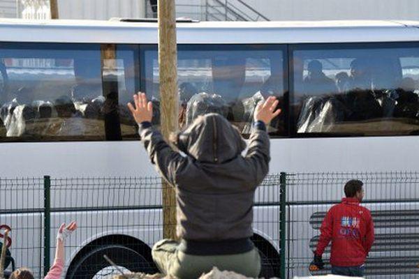 Départ en bus depuis Calais, mercredi 2 novembre, de plusieurs mineurs isolés répartis dans différentes régions de France.