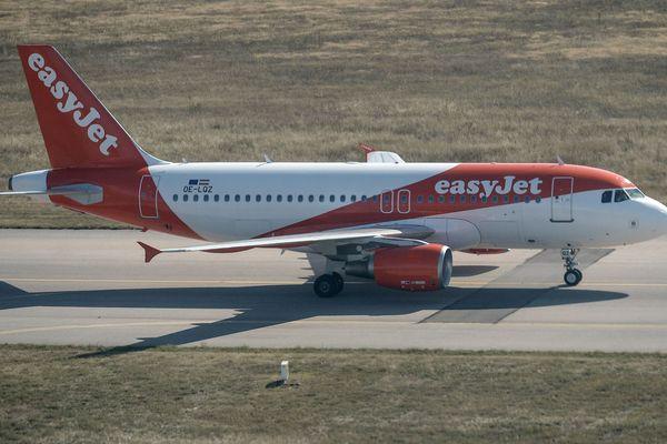 Un avion de la compagnie Easy Jet sur le tarmac de l'aéroport de Lyon Saint Exupéry.