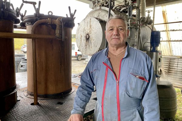 Jean-Pierre Chambras fabrique de l'eau de vie depuis plus de 40 ans.