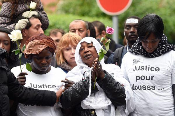 La mère de Moussa le 4 mai 2015 à Trappes lors d'une marche blanche en l'honneur de son fils Moussa, tué à Trappes.