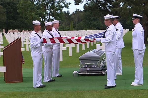 Julius Pieper, mort au large d'Omaha beach il y a 74 ans, a été inhumé ce mardi aux côtés de son frère jumeau