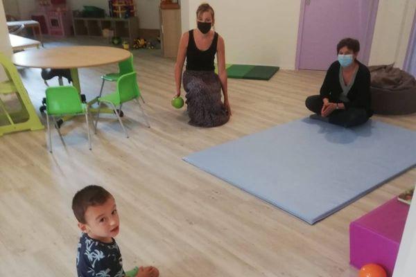 Raphaël, sa maman et Cécile assistante maternelle spécialisée.