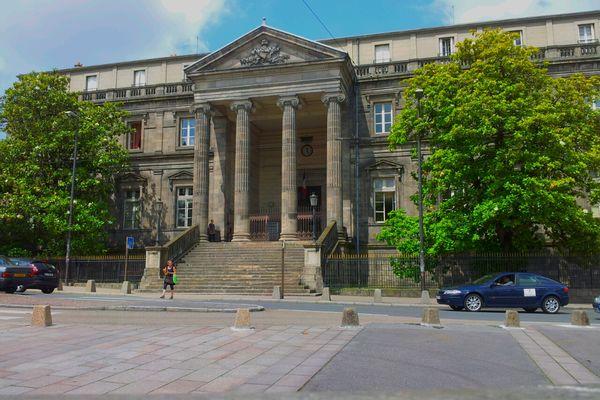 Le procès a lieu à la cour d'appel de Limoges.