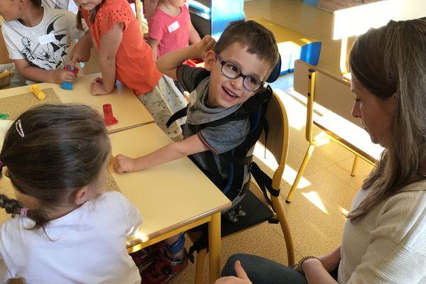 Thomas Gagnard, en classe, dans son siège adaptable