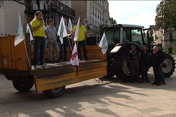 Les agriculteurs ont d'abord manifesté devant une grande surface à Nevers puis devant la Préfecture