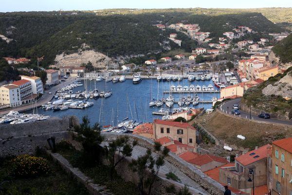 La vue du port de plaisance de Bonifacio depuis la citadelle.