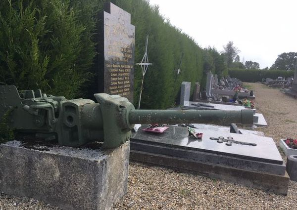 A La Ville-aux-Bois-lès-Dizy, un monument aux morts est dédié aux militaires français tués le 17 mai 1940.