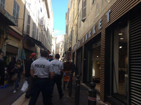 Patrouille de policiers dans la rue Longue-des-Capucins