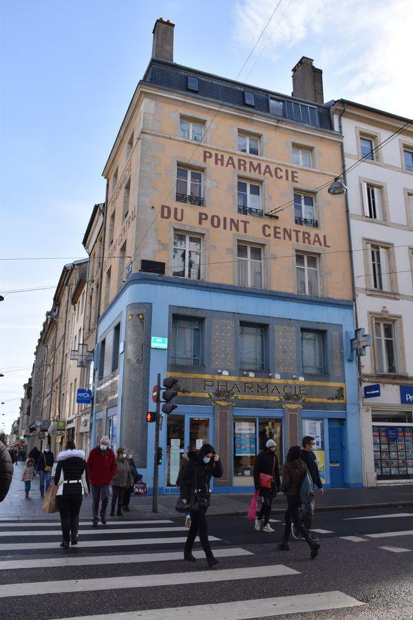 Plutôt Art Nouveau qu'École de Nancy, la pharmacie du Point central est recouverte de mosaïques bleues avec un décor de fleurs dans les angles.