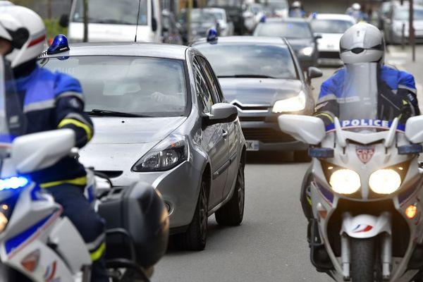 Le convoi de police qui transporte le beau-frère et la soeur de Pascal Troadec au tribunal de Nantes le 6 mars 2017