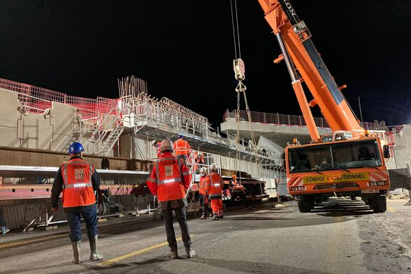 Des centaines de personnes travaillent toute la nuit pour faire avancer les travaux d'élargissement de l'A480 - 7 octobre 2021