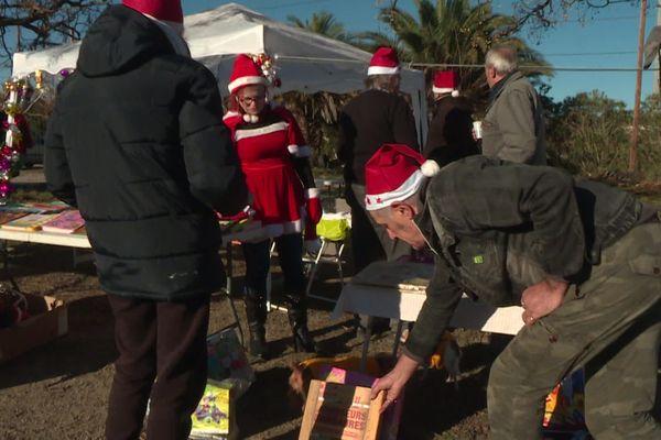 Une cinquantaine de Gilets Jaunes réunis pour distribuer des cadeaux.