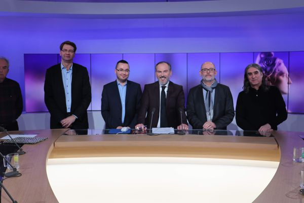 De gauche à droite, Jacques Volant (LO), Patrice Vergriete (DVG), Yoann Duval (RN), Claude Nicolet (SE), Jean-Louis Gadéa (LFI-NPA). Au centre, notre journaliste Vincent Dupire
