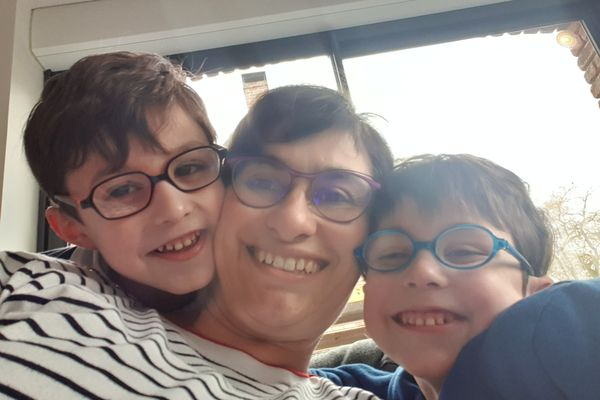 Laetitia Bleuse avec ses jumeaux, Hugo et Lucas.