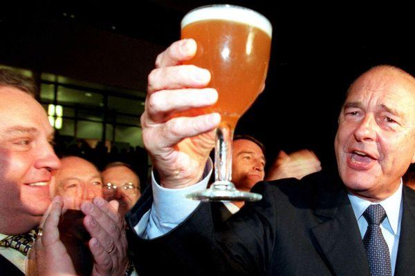 Jacques Chirac en visite à Strasbourg le 20 janvier 1999 trinque à la santé de tous les français