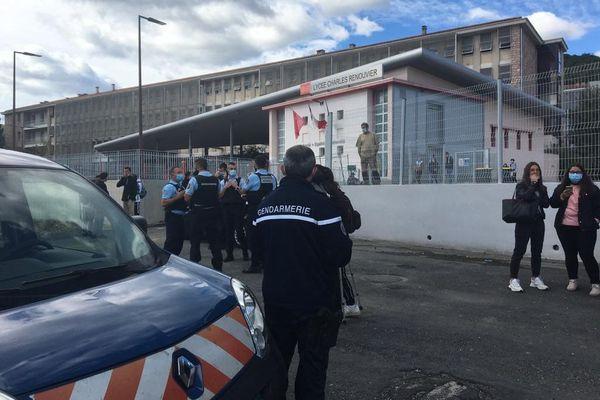 Des Policiers devant le lycée Charles Renouvier de Prades (Pyrénées-Orientales)