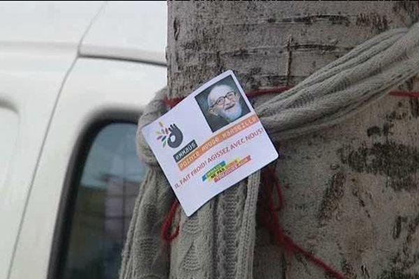 Une écharpe sur un arbre : le symbole d'Emmaüs pour une prise de conscience citoyenne