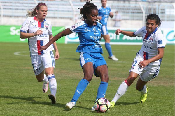 L'équipe de Soyaux (en bleu), ici lors d'un match de championnat de D1 face à l'Olympique Lyonnais (septembre 2016)
