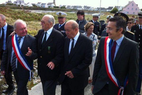 Louis Fouquet est aux côtés de Jean Yves Le Drian lors de sa visite à Sein en août 2013 alors qu'il est ministre de la Défense