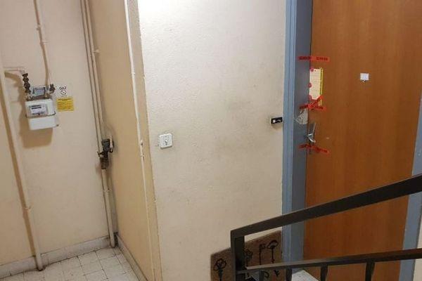 Les scellés sur la porte de l'appartement de la victime