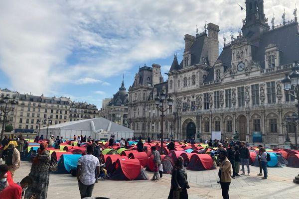 Un camp de migrants est installé depuis ce jeudi soir devant la Mairie de Paris