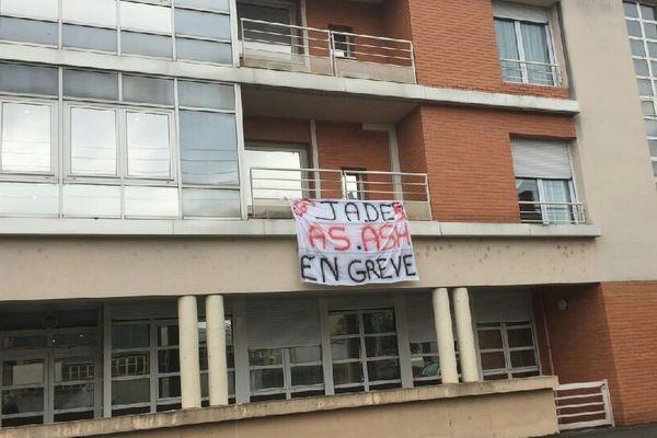 Des agents de service hospitalier et des aides-soignantes du service Jade de l'EHPAD de Courtais, à Montluçon, sont en grève depuis jeudi 17 mai. Ils dénoncent le manque d'effectif par à une surcharge du travail.