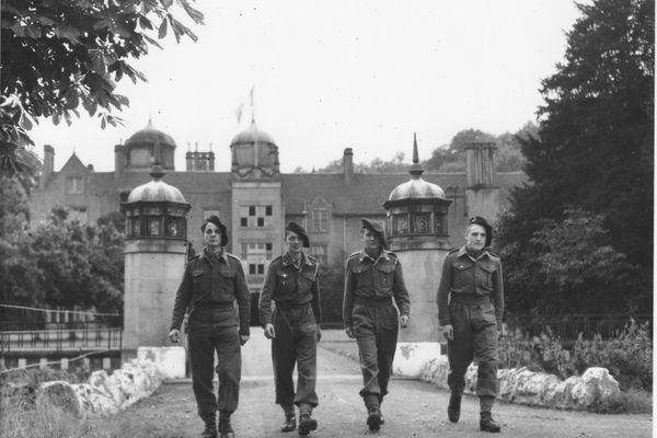 De gauche à droite, Reynold Lefebvre, Jean-Paul Lavoix, Christian et Guy Richard après avoir intégré l'école des cadets de la France Libre.