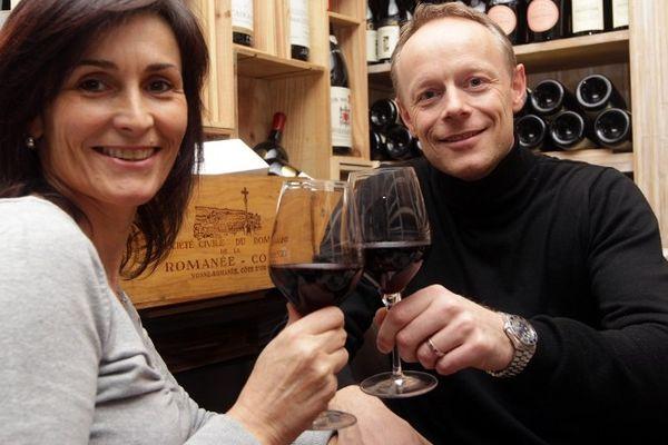 Sébastien Cassez, le frère de Florence, célèbre avec sa femme à Cannes, hier soir la libération de sa soeur, emprisonnée depuis décembre 2005.