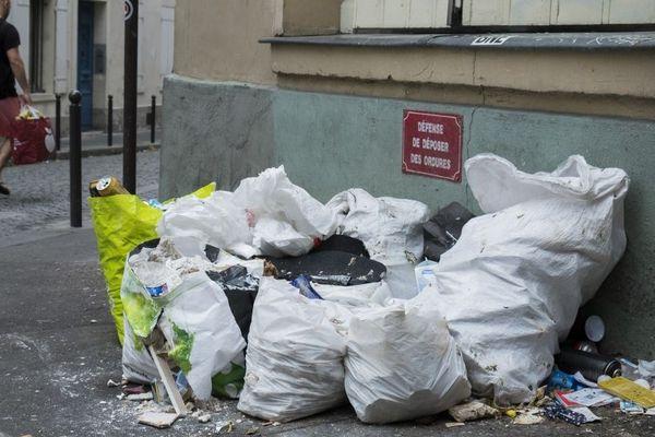 """Des déchets sous un panneau """"Défense de déposer des ordures"""" à Paris. Photo prise le 23 septembre 2018."""