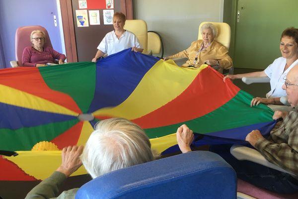 Jeu du parachute à l'unité sécurisée Alzheimer du CH de Vendôme-Montoire