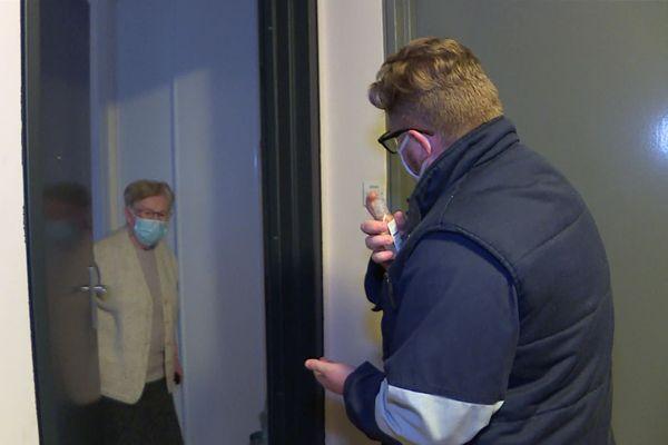"""Novembre 2020 - Un des concierges d""""un immeuble du bailleur social Habitat 76 frappe à la porte d'une locataire âgée isolée"""