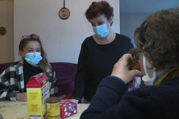 Lisa bénéficie du programme de formation du département et apprend son futur métier auprès d'une aide à domicile expérimentée