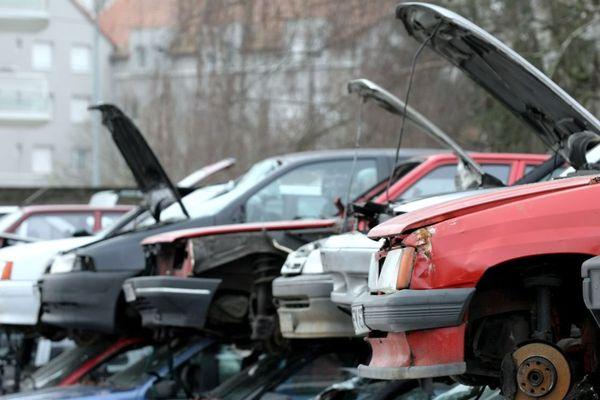 Des épaves de voitures stockées dans une casse (illustration).