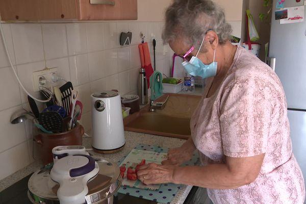 Fatima prépare le repas pour son mari Jacques, atteint de la maladie d'Alzheimer.