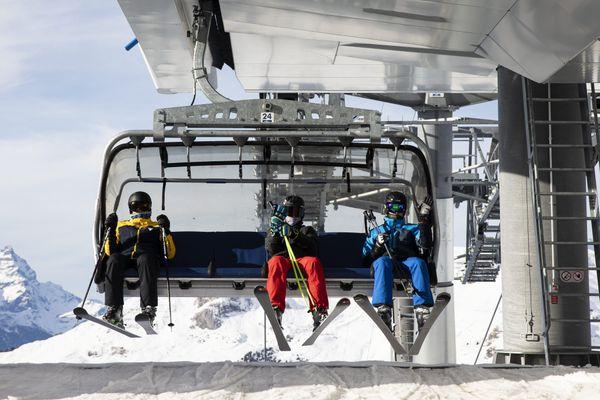 La Suisse a laissé ses stations de ski ouvertes, malgré la présence du variant britannique dans le pays.