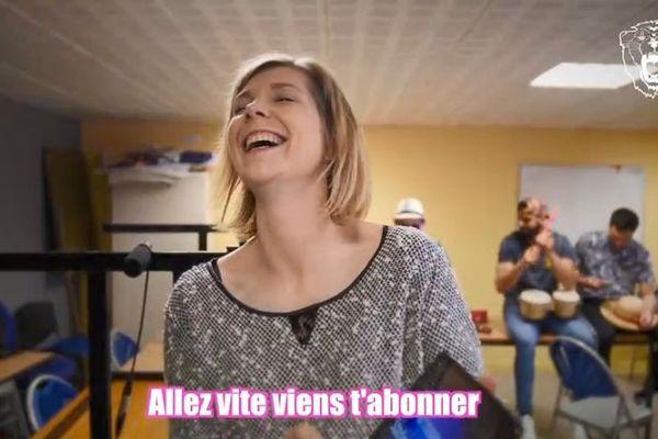 """Mélanie Lefebvre, responsable communication de l'USDK, chante avec les joueurs sur """"Viens t'abonner"""", détournement de """"Viens danser"""" de Gilbert Montanier."""