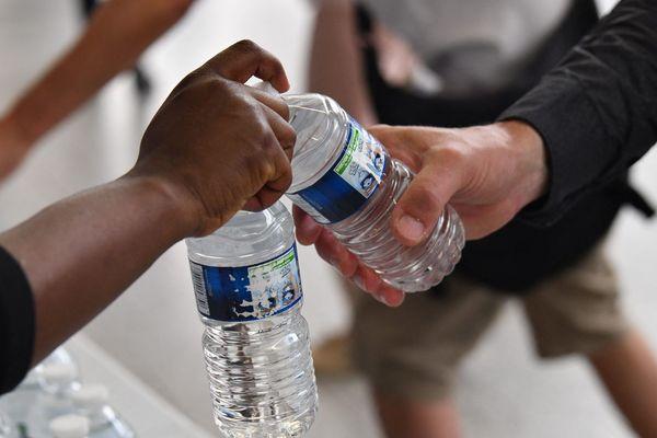 Jeudi 19 septembre, à Saint-Paul-de-Tartasse, en Haute-Loire, une distribution d'eau en bouteille est prévue de 19h à 20h car l'eau de la commune est impropre à la consommation.