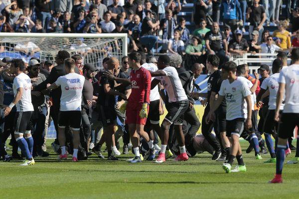 16/04/2017 - L1: Des joueurs lyonnais pris à partie par des supporters de Bastia entrés sur la pelouse de Furiani